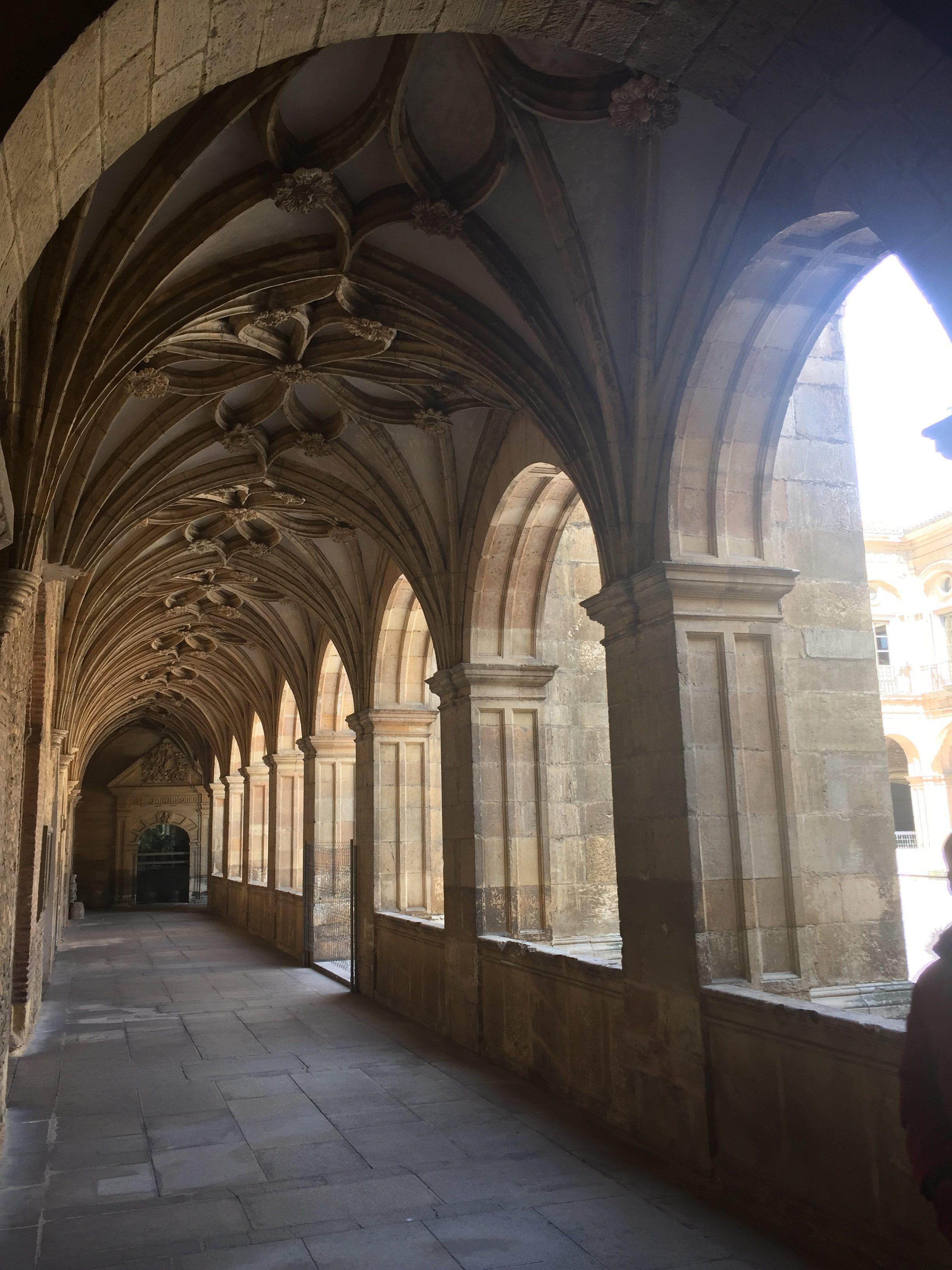 Interior de la Basílica de San Isidoro de León con Amigos y Arte