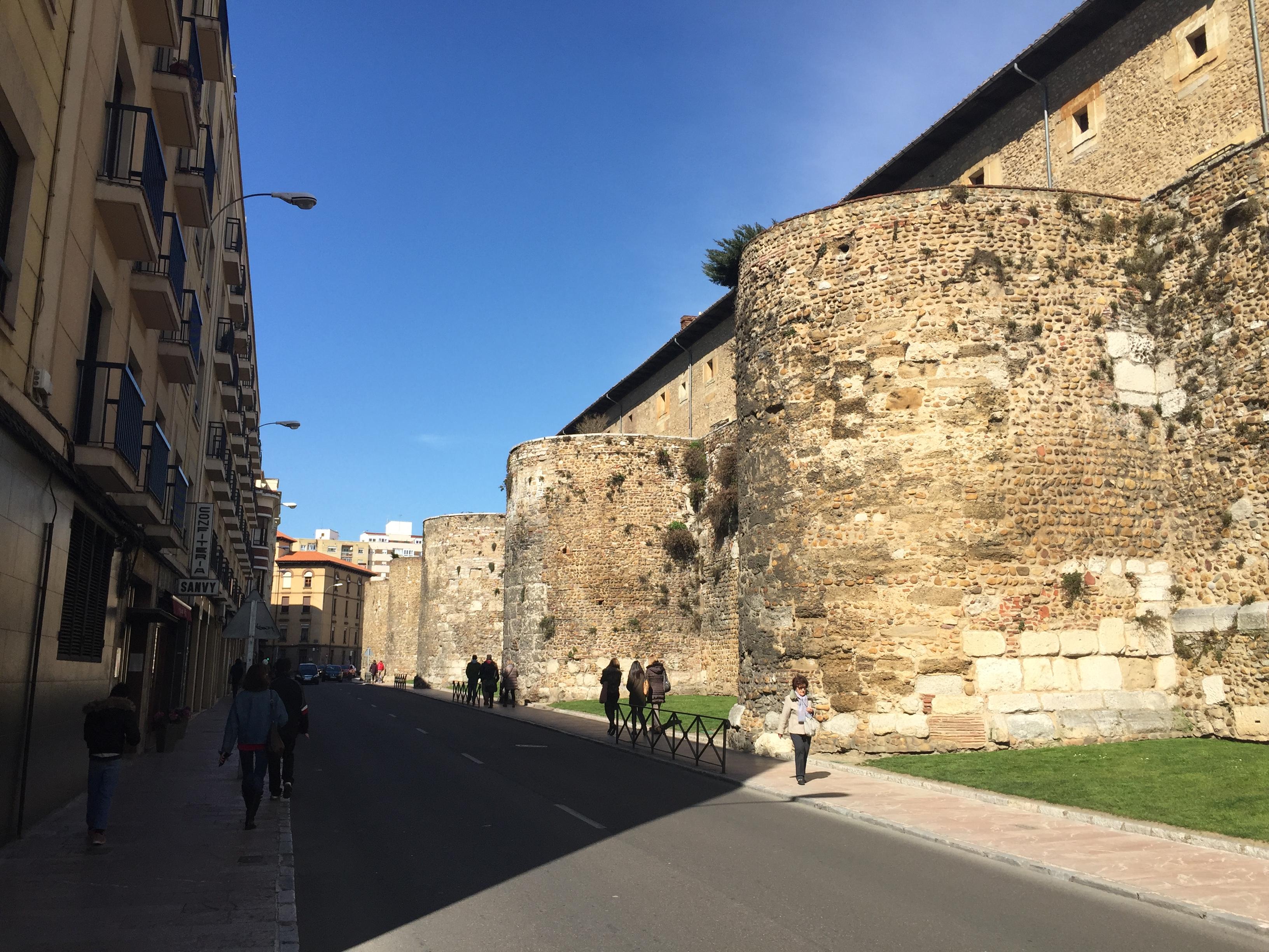 La muralla romana de León con Amigos & Arte
