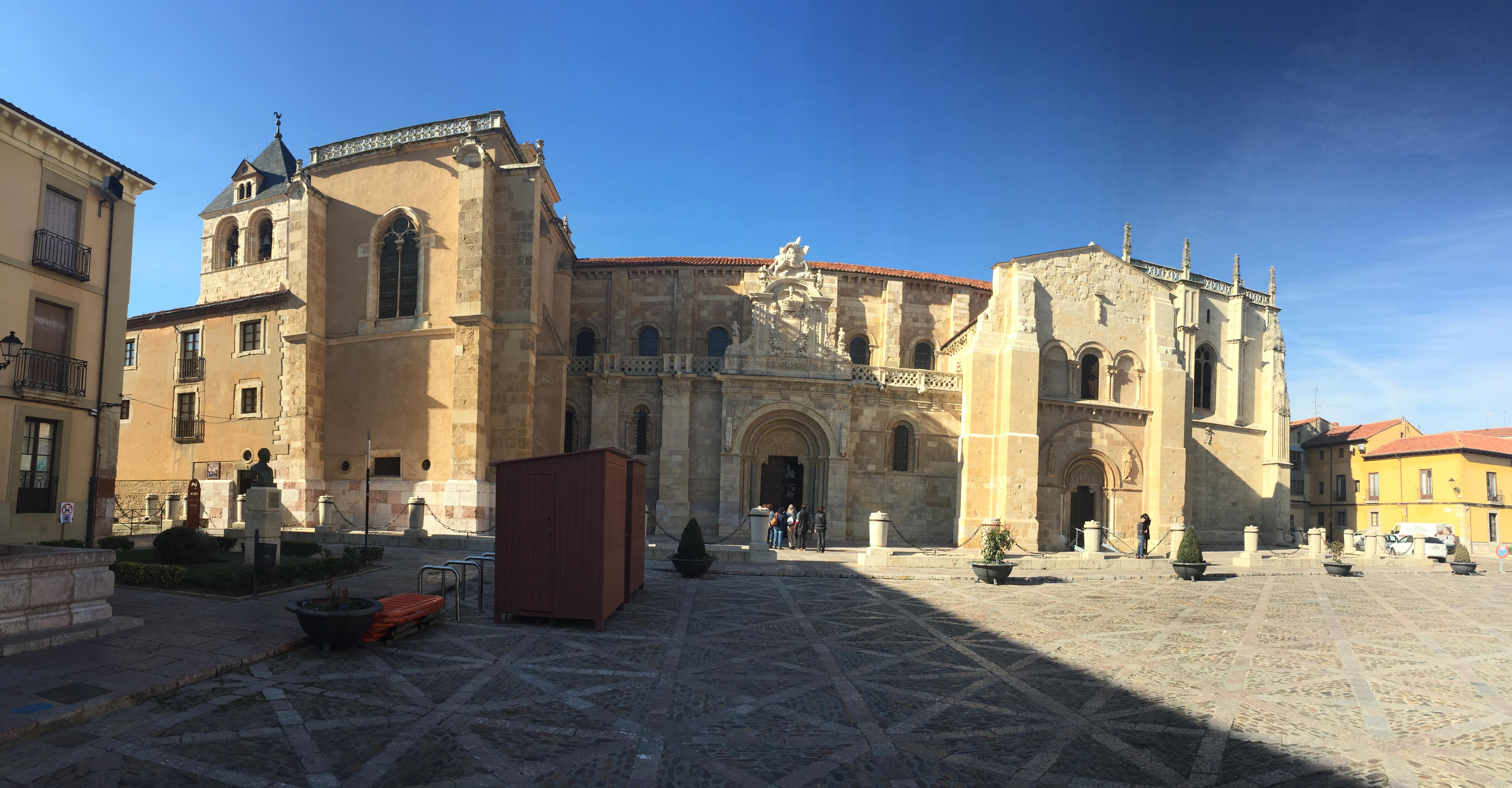 Fachada de la Basílica de San Isidor de León con Amigos y Arte